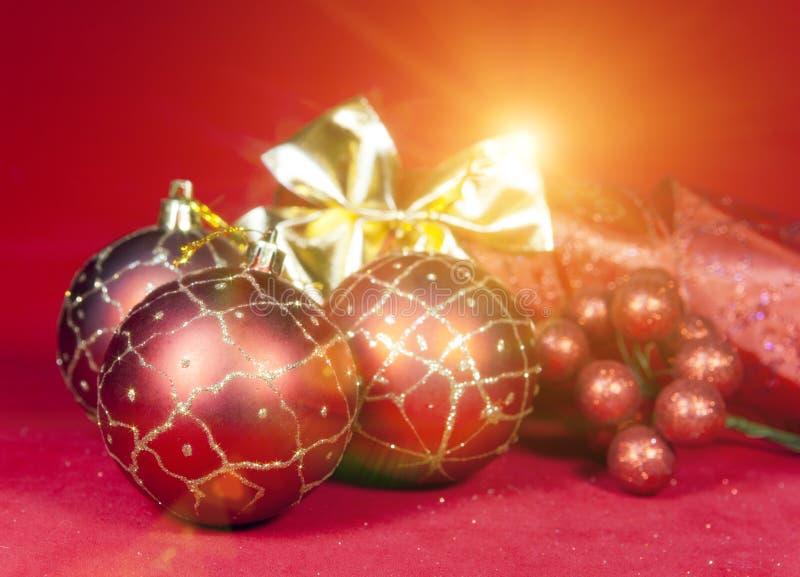 Bola roja del ` s del Año Nuevo, bayas decorativas y malla foto de archivo