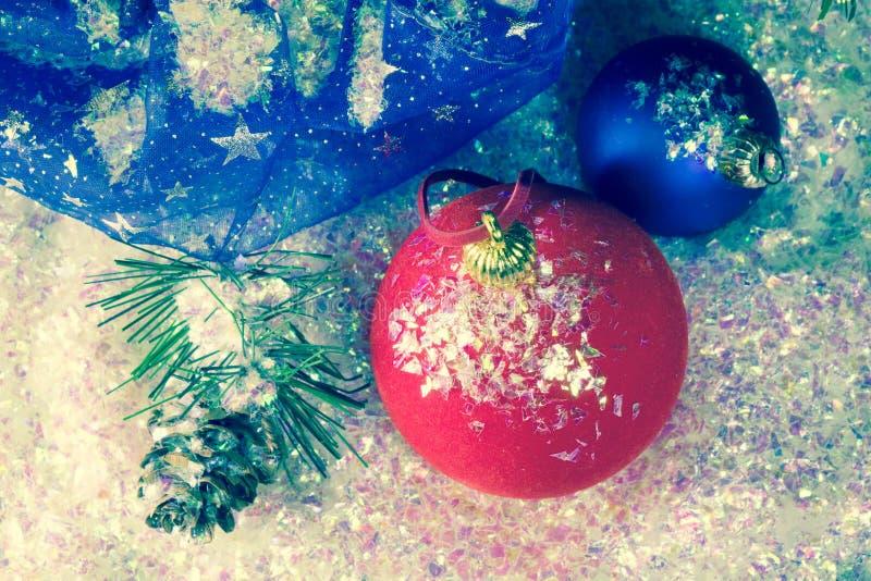 Bola roja del ` s del Año Nuevo en nieve decorativa y un bolso con los regalos, entonando imagen de archivo