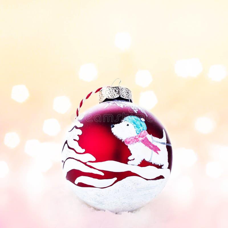 Bola roja hecha a mano de la Navidad en una nieve blanca con Chris abstracto