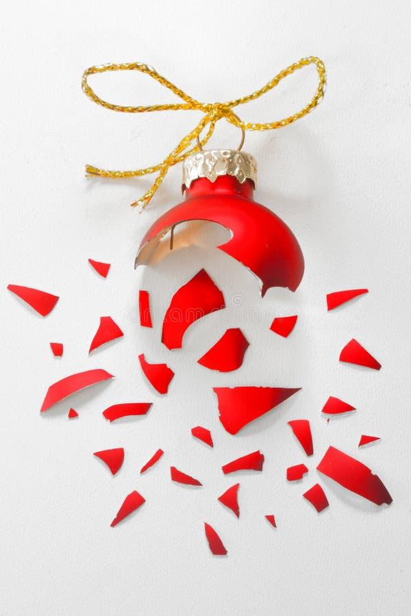 Bola roja quebrada del rbol de navidad foto de archivo for Arbol de navidad con bolas rojas