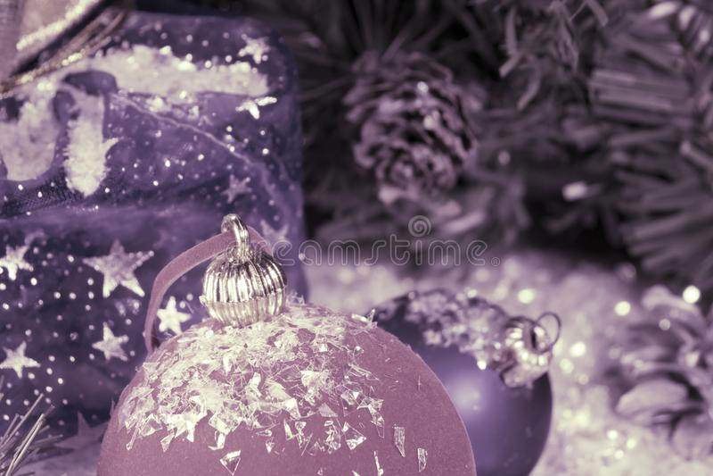 Bola roja y azul del ` s del Año Nuevo en nieve decorativa y un bolso con el regalo, entonando imagen de archivo