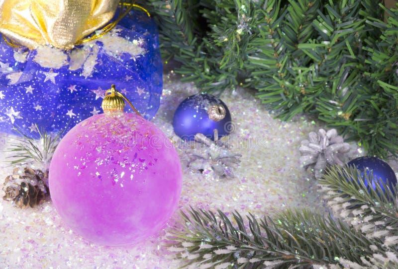 Bola rosada del ` s del Año Nuevo, todavía de la Navidad vida imagenes de archivo
