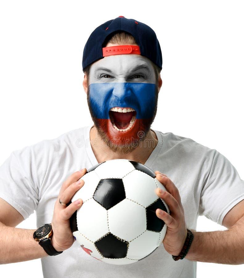 Bola rusa del control del hombre del aficionado al fútbol que celebra el grito de risa feliz con la bandera rusa en la cara y el  imágenes de archivo libres de regalías