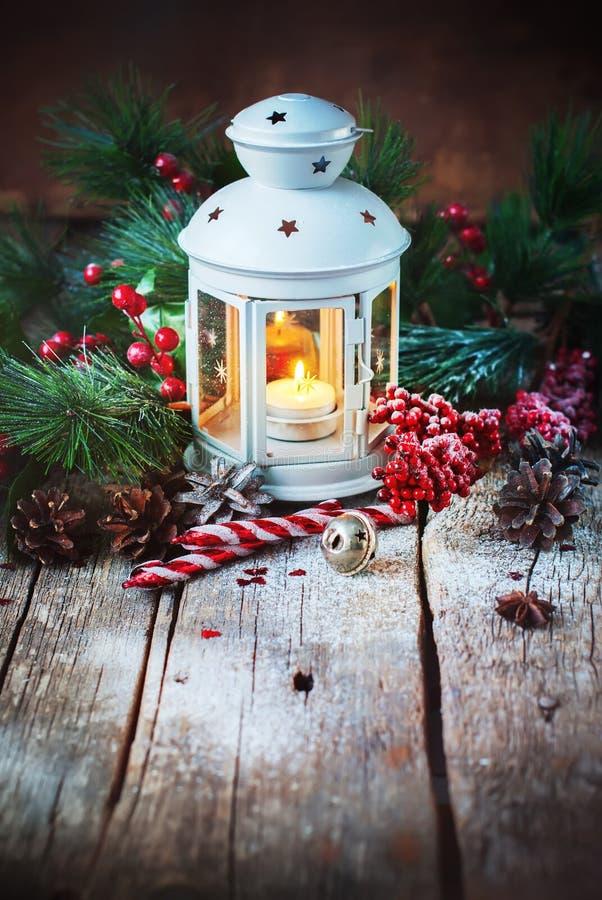 Bola tirada do vermelho dos presentes do Natal do feriado da neve imagem de stock