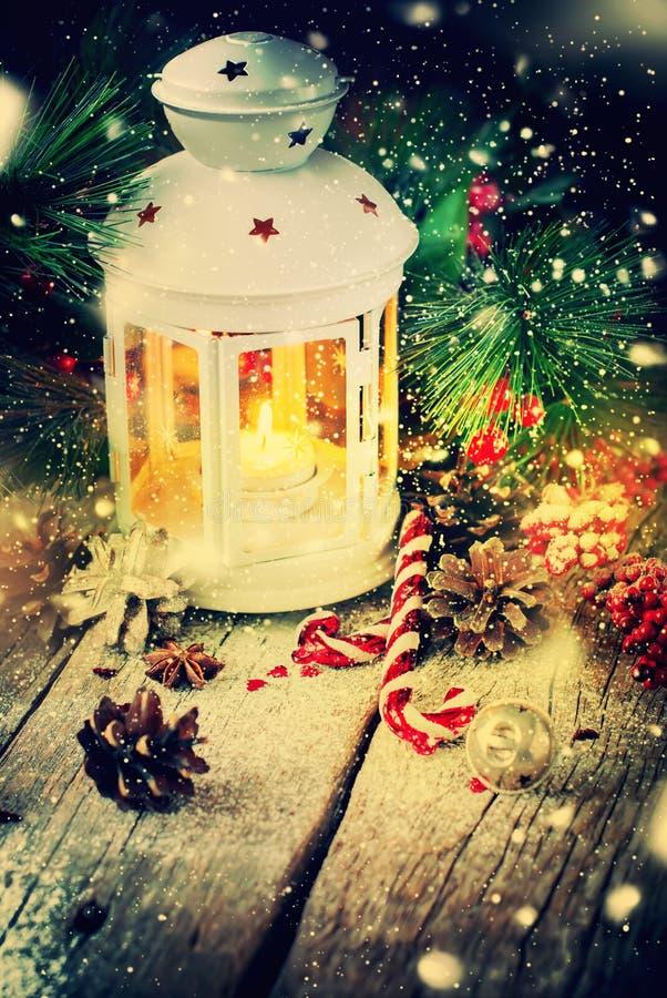 Bola tirada do vermelho dos presentes do Natal do feriado da neve foto de stock