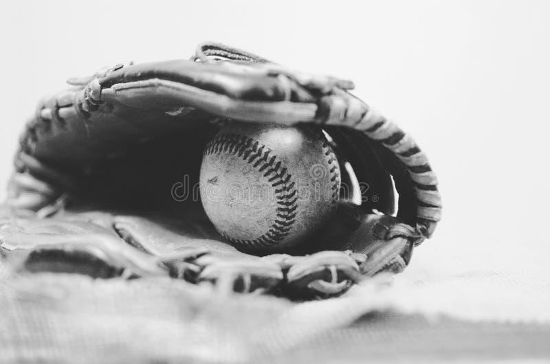 Bola velha do vintage na luva de couro, imagem do equipamento de basebol do grunge Grande para o gráfico da equipe de esportes ou foto de stock