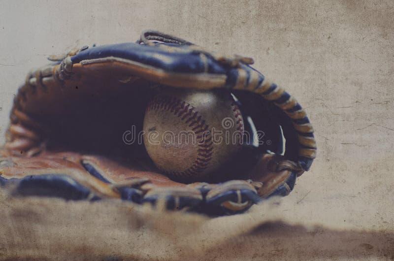 Bola velha do vintage na luva de couro, imagem do equipamento de basebol do grunge Grande para o gráfico da equipe de esportes ou imagem de stock