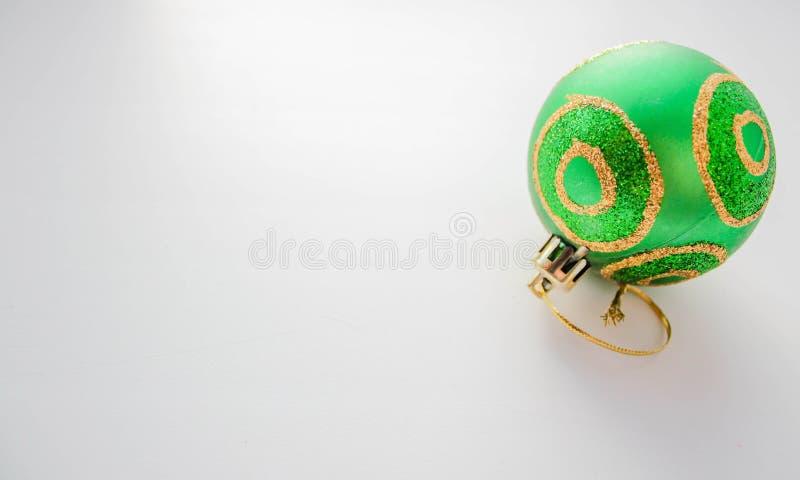 Bola verde de la Navidad fotos de archivo