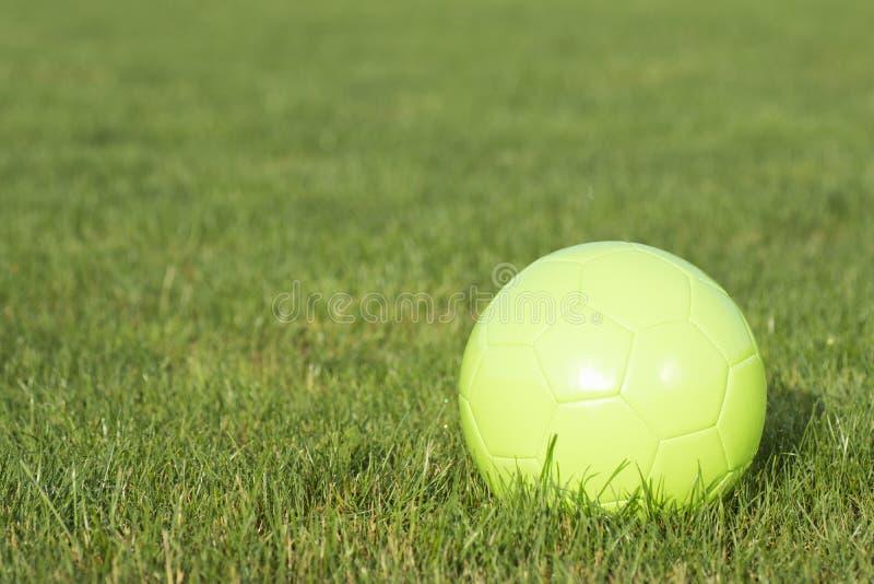 Bola verde do futebol foto de stock royalty free