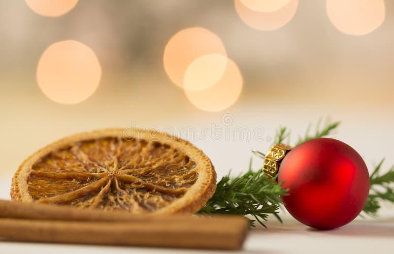 Bola vermelha do Natal com fatia de laranja e de canela foto de stock royalty free
