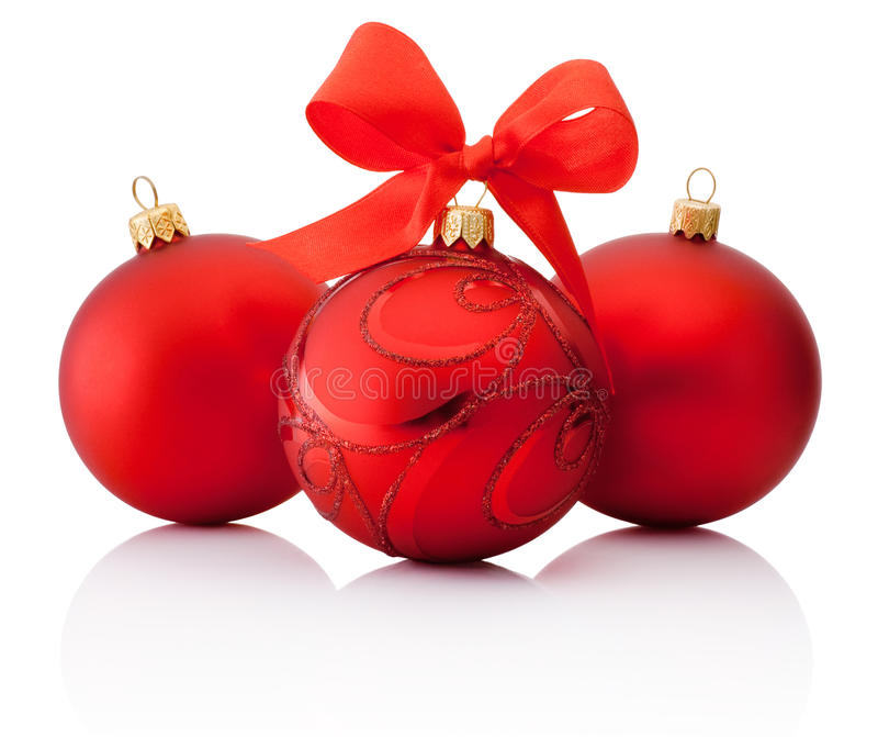 Bola vermelha do Natal de três decorações com a curva da fita isolada fotografia de stock