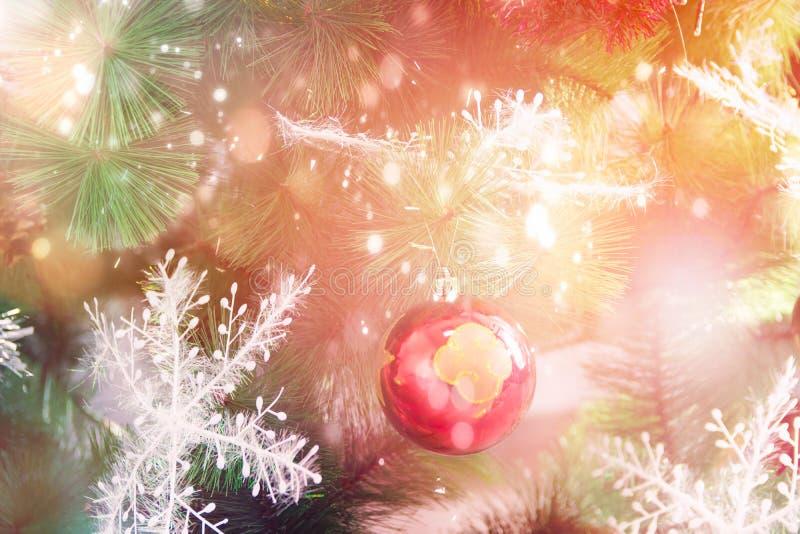 Bola vermelha do ornamento do cartaz do cartão dos anos novos do Natal que pendura em flocos de neve dourados decorados das luzes imagem de stock
