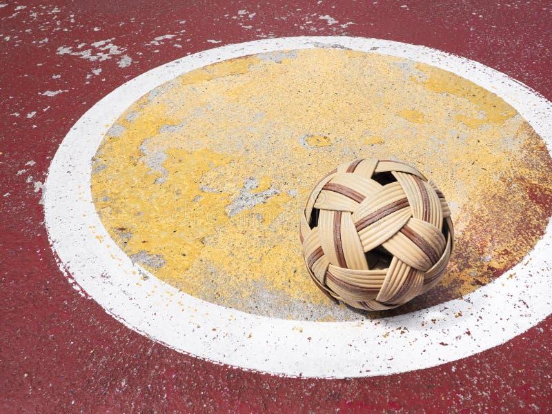 Bola vieja de Sepak Takraw en corte del takraw del sepak de la calle imágenes de archivo libres de regalías