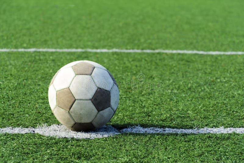 Bola vieja del fútbol en el campo Balón de fútbol blanco sin el marcado en caliente Cierre para arriba fotografía de archivo libre de regalías