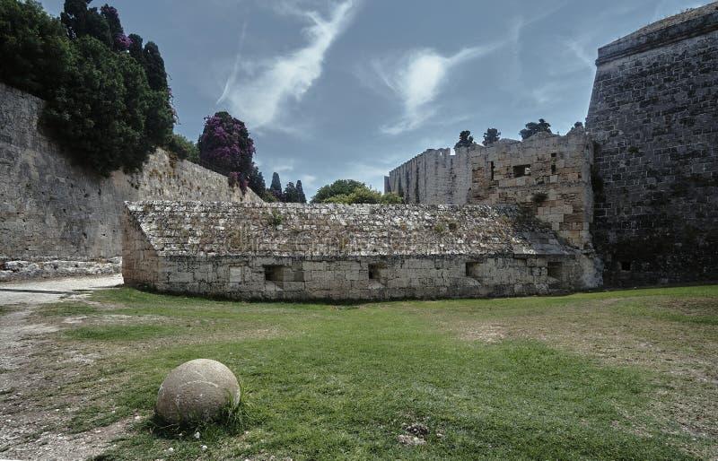 Bola y fortalecimientos de piedra del castillo medieval foto de archivo