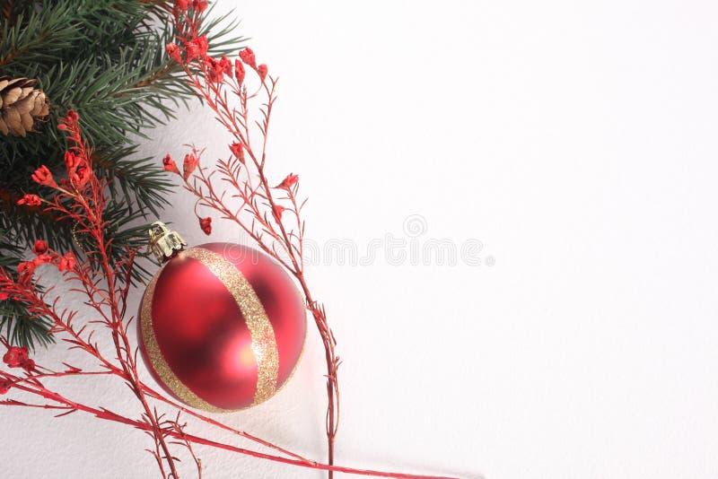 Bola y ornamentos de la Navidad aislados en el fondo blanco con el espacio de la copia imagen de archivo