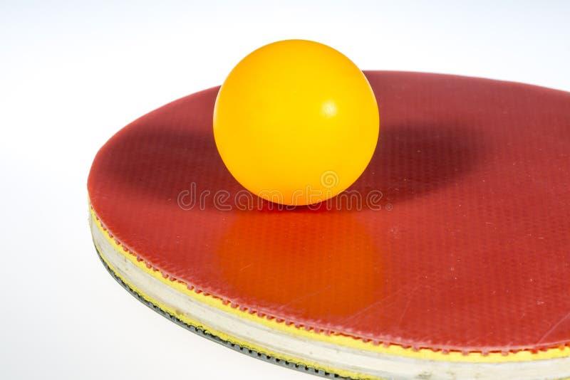 Bola y paleta de los tenis de mesa imagen de archivo
