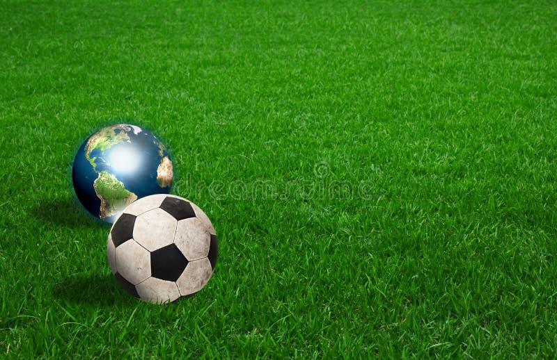 Bola y tierra de fútbol en hierba verde foto de archivo libre de regalías