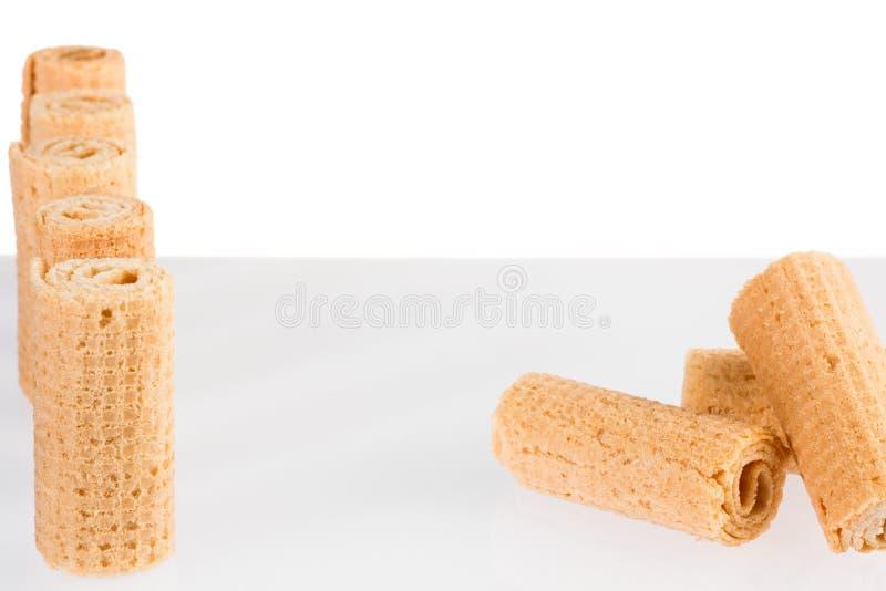 Bolacha Rolls Gtoup da bolacha friável saboroso do tubo isolada no fundo branco Sobremesa imagens de stock royalty free
