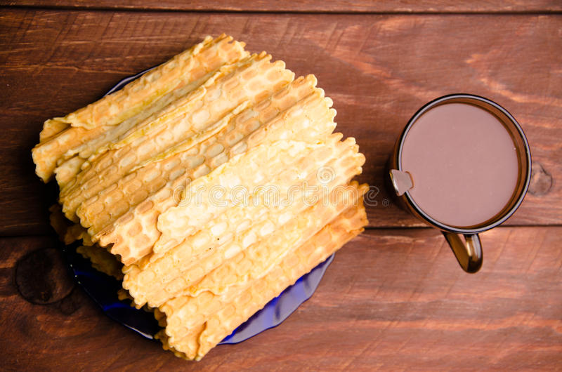 bolacha tubular waffles em placas de madeira Chocolate quente imagem de stock