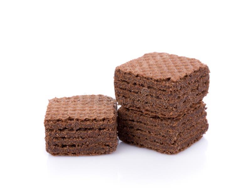 Bolachas com os cubos dos choWafers com o chocolate isolado no backgroundcolate branco isolado no fundo branco foto de stock