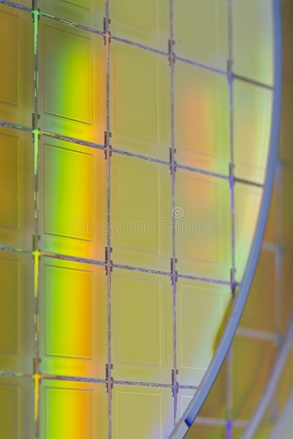 Bolachas e microcircuitos de silicone - uma bolacha é uma fatia fina de material do semicondutor, tal como um silicone cristalino fotos de stock