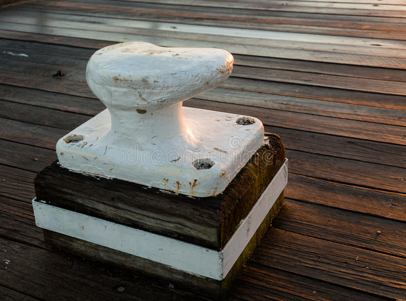 Bolardo grande del metal en decking de madera foto de archivo libre de regalías