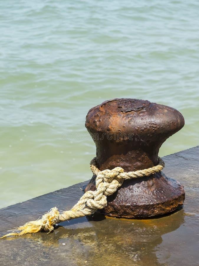 Bolardo oxidado del amarre del hierro imagen de archivo
