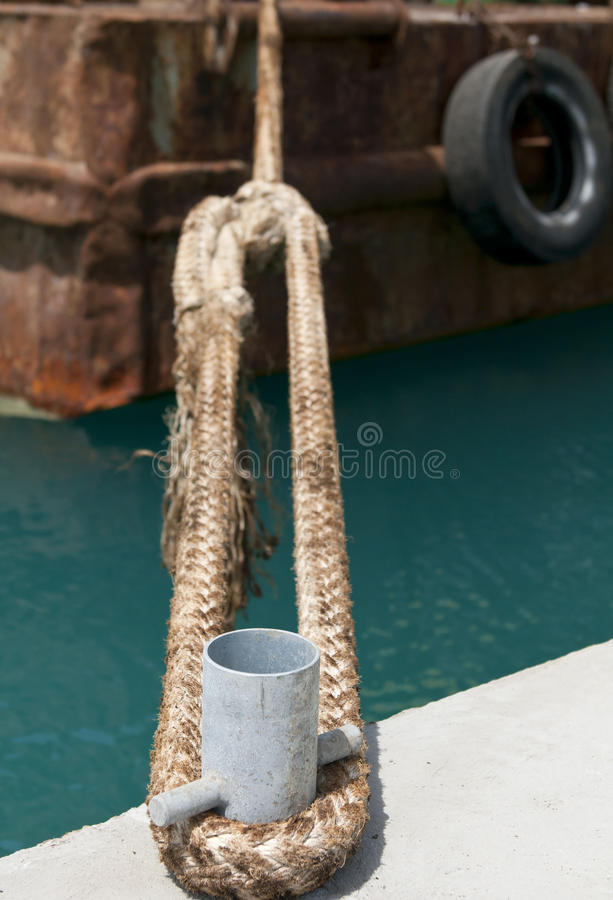 Bolardo y cuerda del metal foto de archivo