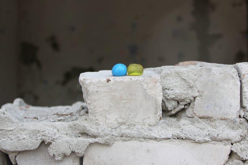 Bolas amarelas e azuis da pintura fotografia de stock
