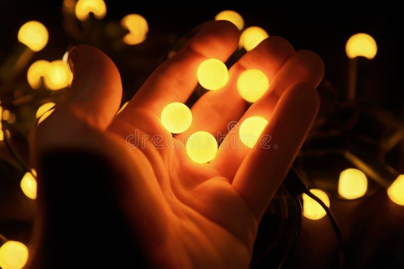 Bolas amarillas brillantes en las manos de un hombre fotos de archivo libres de regalías
