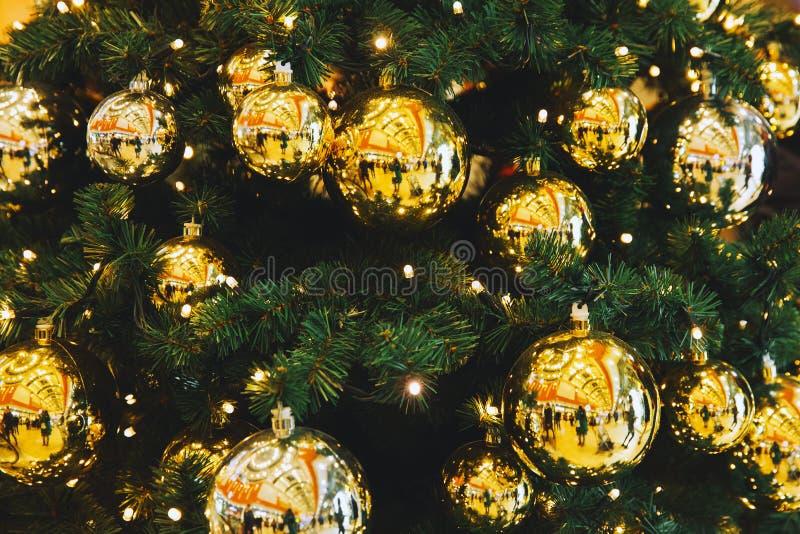 Bolas amarillas de la Navidad que cuelgan en un árbol de navidad imagen de archivo libre de regalías