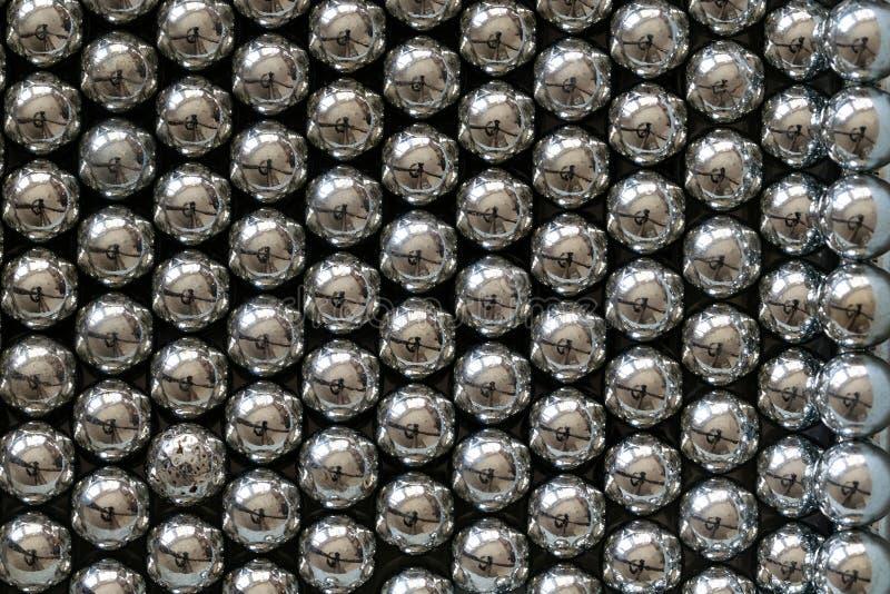 Bolas arranjadas nas fileiras, bolas do estilingue do metal para os rolamentos fotos de stock royalty free