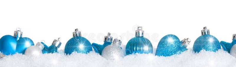 Bolas azuis da árvore de Natal na neve foto de stock royalty free