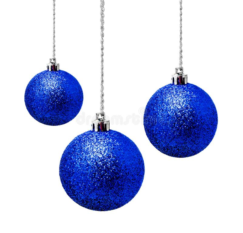 Bolas azuis de suspensão do Natal isoladas em um branco fotografia de stock royalty free