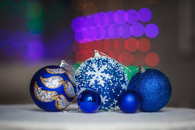 Bolas azules de la Navidad con el fondo del bokeh Decoración del Año Nuevo fotografía de archivo libre de regalías