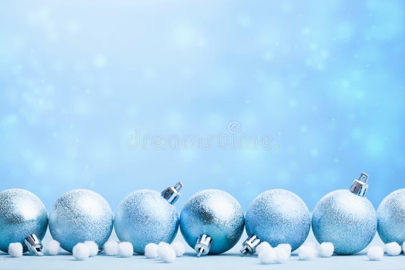 Bolas azules de la Navidad sobre fondo borroso fotografía de archivo
