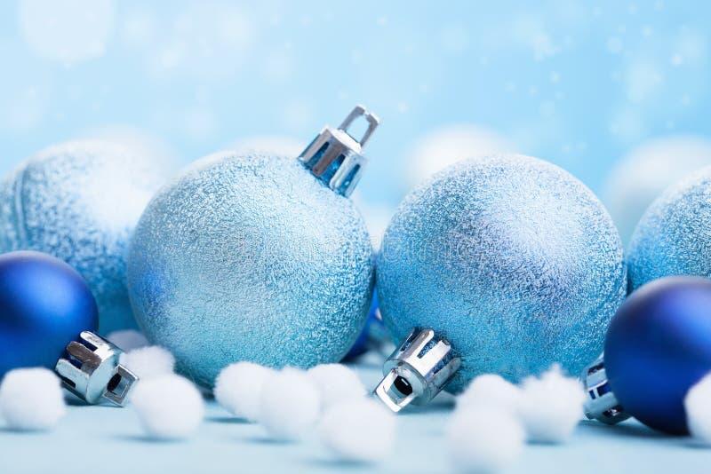 Bolas azules de la Navidad sobre fondo borroso imagenes de archivo