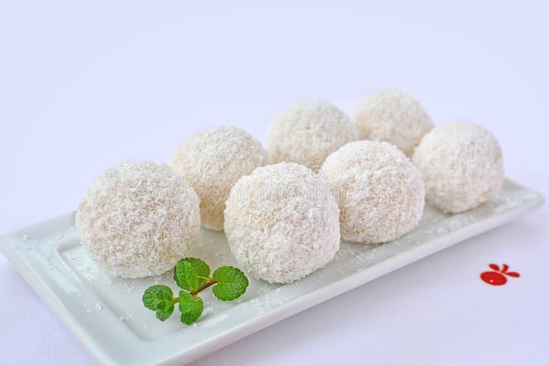 Bolas blancas del chocolate del coco en la placa blanca de la porción imagen de archivo libre de regalías