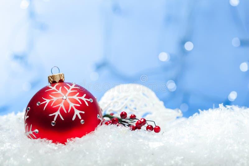 Bolas brilhantes vermelhas do Natal nos flocos de neve foto de stock royalty free