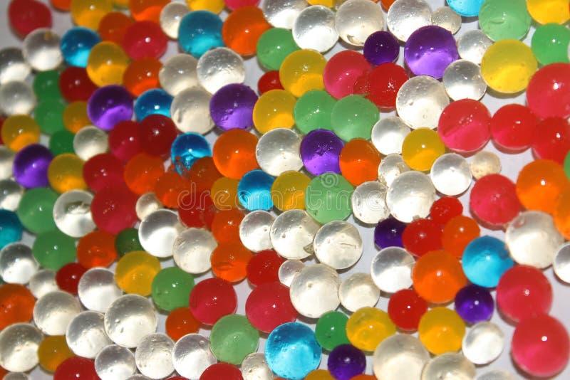 Bolas coloreadas de las bolas dispersadas fotografía de archivo