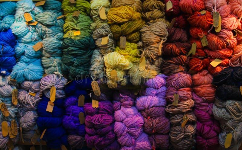 Bolas coloreadas del hilado Visión desde arriba Colores del arco iris Todos los colores Hilado para hacer punto Madejas del hilad imagen de archivo