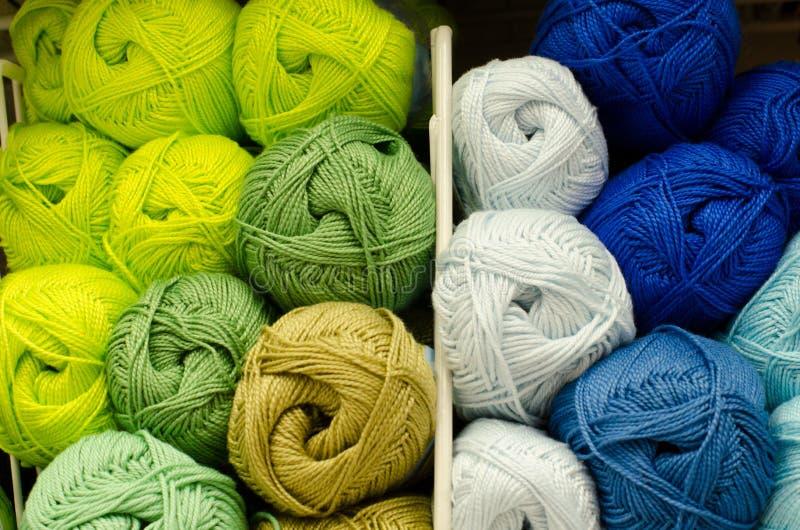 Bolas coloreadas del hilado Visi?n desde arriba Colores del arco iris Todos los colores Hilado para hacer punto Madejas del hilad imágenes de archivo libres de regalías