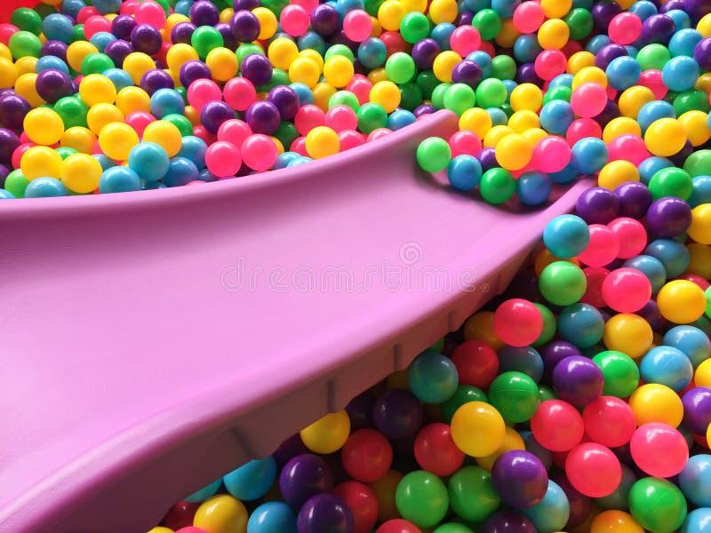 Bolas coloridas da sagacidade seca da associação do ` s das crianças imagens de stock