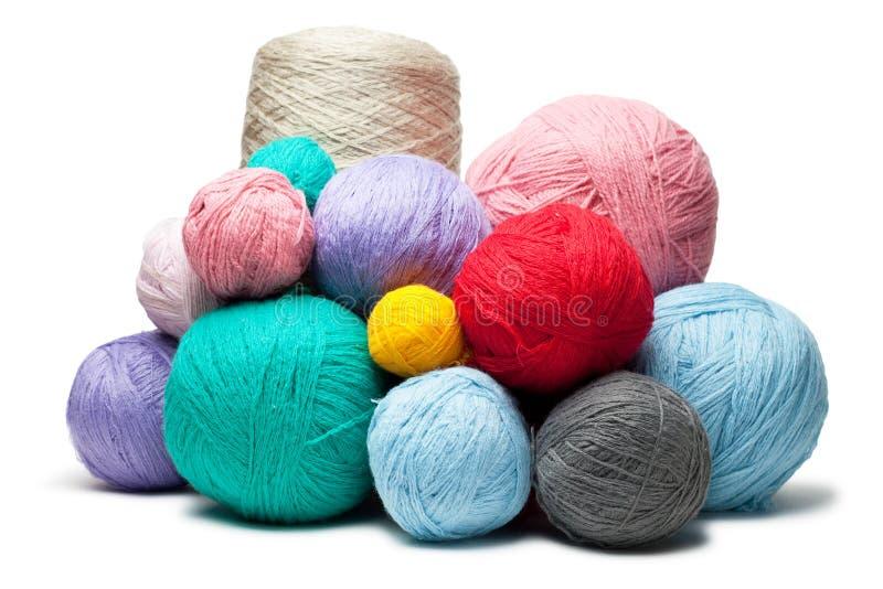 Bolas coloridas de las cuerdas de rosca de lana aisladas fotos de archivo libres de regalías