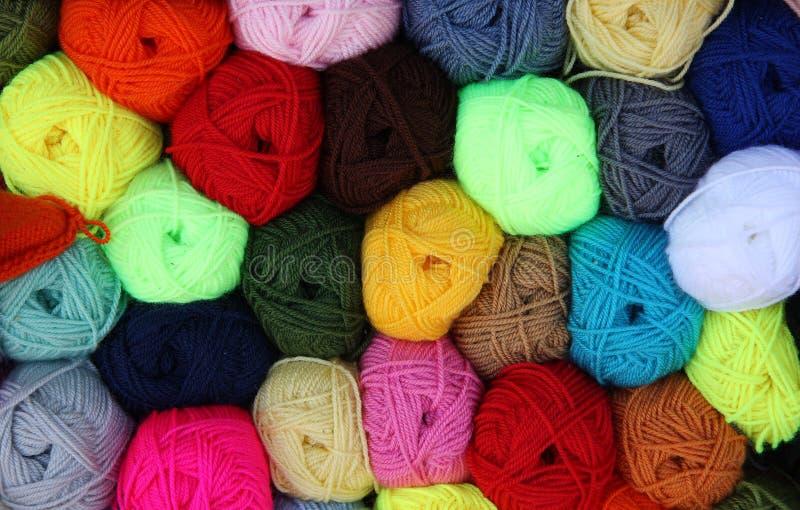 Bolas coloridas de las lanas imagenes de archivo