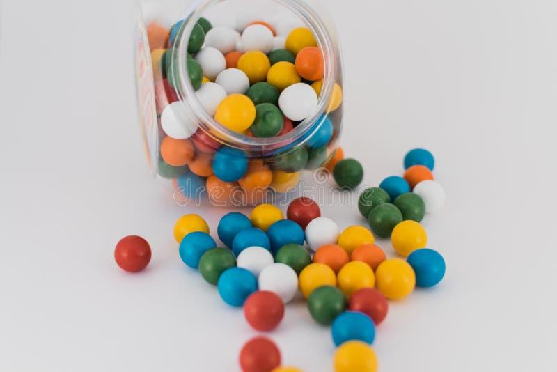 Bolas coloridas del barco dispersadas en el fondo blanco imágenes de archivo libres de regalías