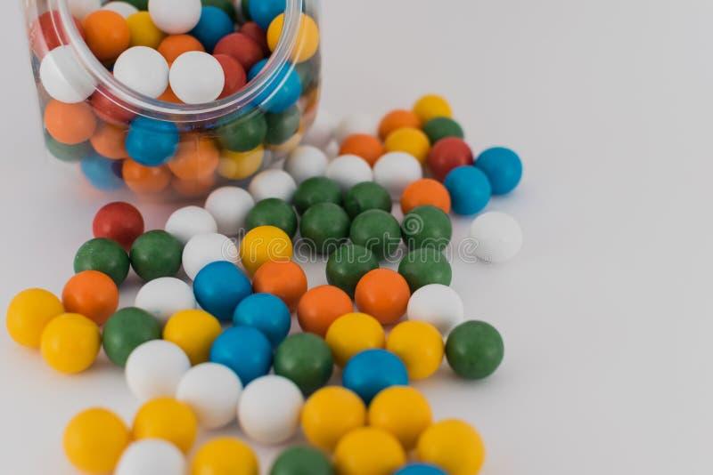 Bolas coloridas del barco dispersadas en el fondo blanco imagenes de archivo
