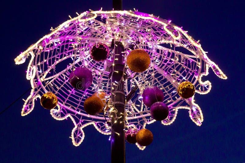 Bolas coloridas do Natal em um cargo da luz do vintage na cidade velha de Varsóvia, Polônia imagens de stock royalty free