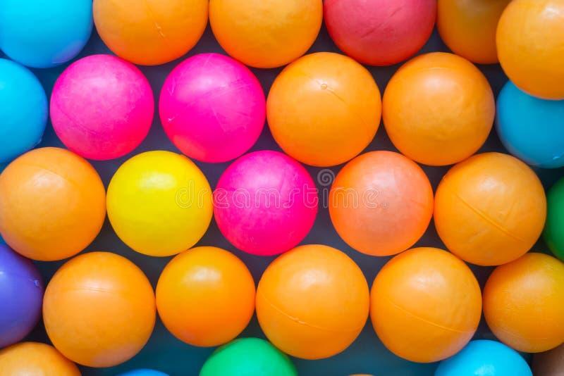Bolas coloridas no campo de jogos imagem de stock royalty free